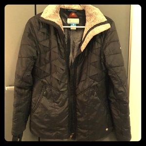 Columbia puffer jacket with fur collar.